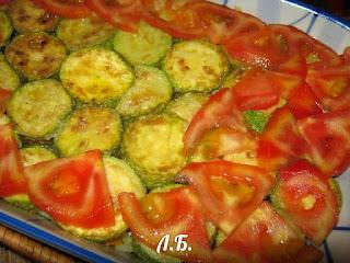 выкладываем кабачки и помидоры