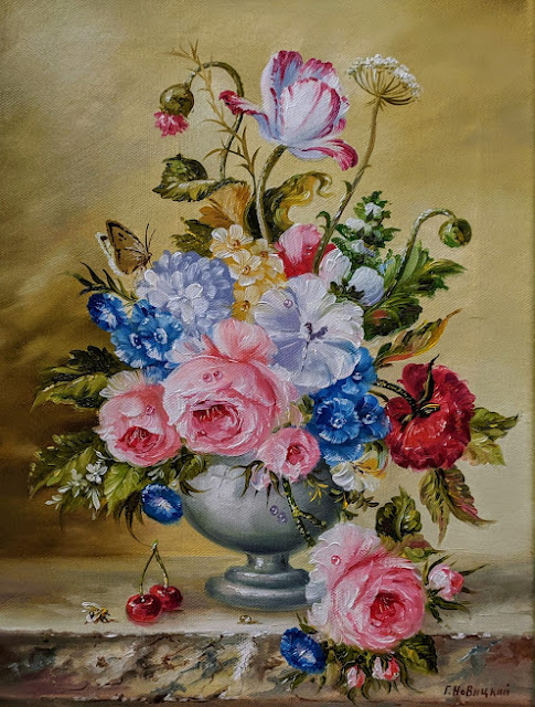 Букет цветов в белой вазе