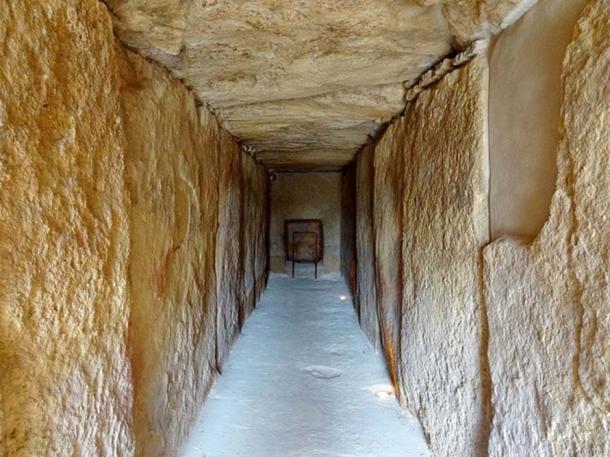 All'interno del Dolmen di Viera.