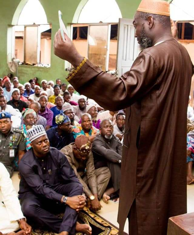 Meet The Most Humble Christian Governor In Nigeria Sitting On The Ground in the mosque
