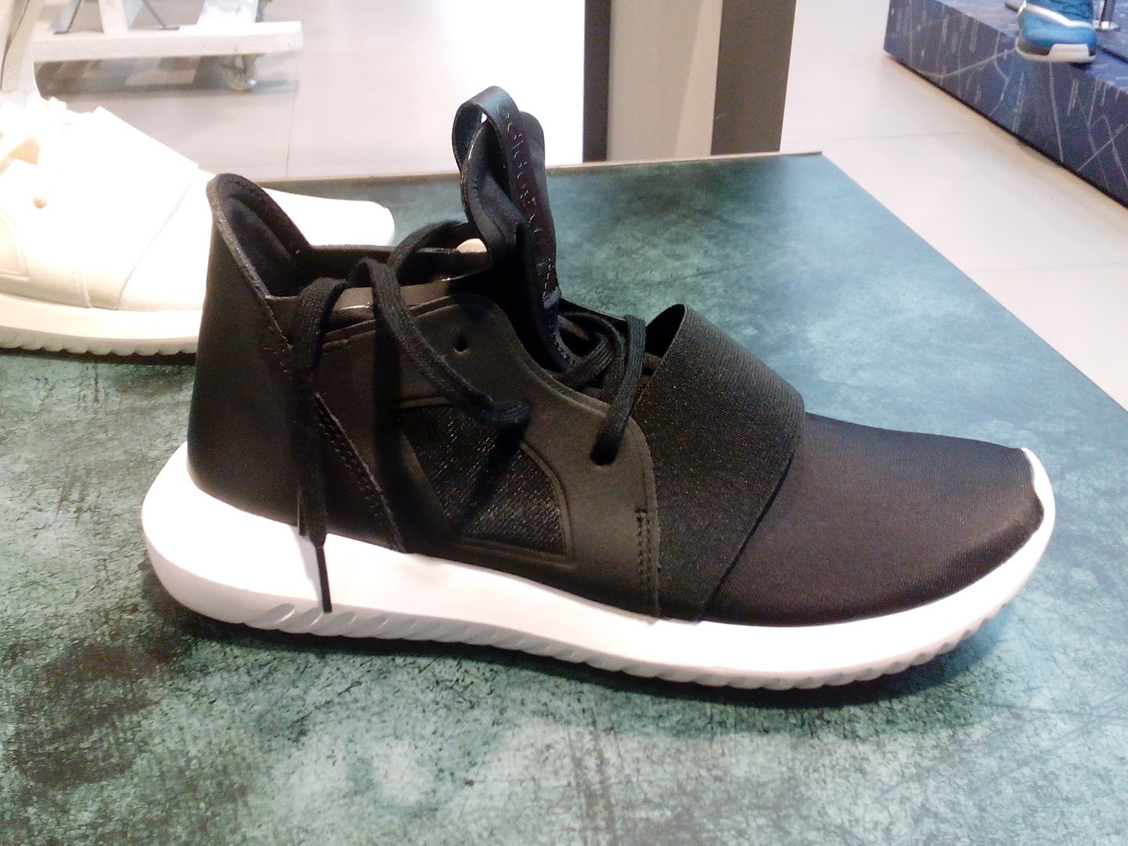 photos officielles 4eb12 d8bc1 adidas tubular bounce