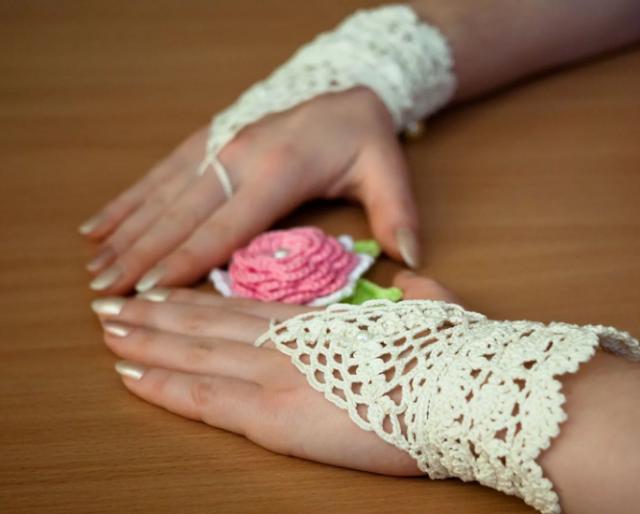 вяжем ажурные перчатки крючком