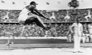 Jesse Owens en la final de salto de longitud de los Juegos Olímpicos de Berlín.
