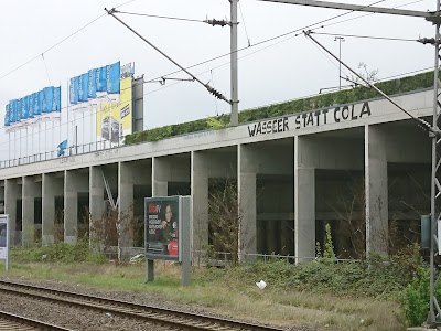 """Aufschrift am S-Bahnhof Landsberger Allee. """"Wasser statt Cola"""""""