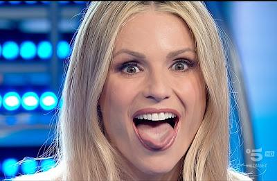 Michelle Hunziker lingua denti perfetti bianchi sani striscia la notizia 22 maggio