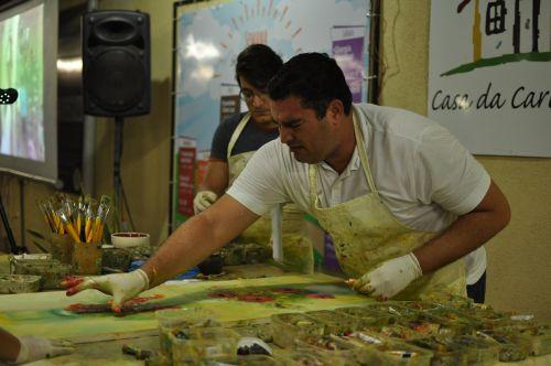 Médium incorpora pintores famosos para ajudar causas sociais