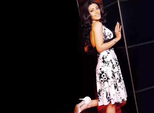 Koena Mitra middle part hairstyle