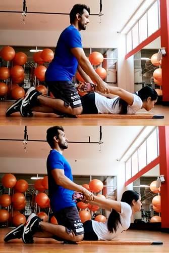 Ejercicio en parejas para estirar los músculos abdominales, transverso del abdomen y oblicuos