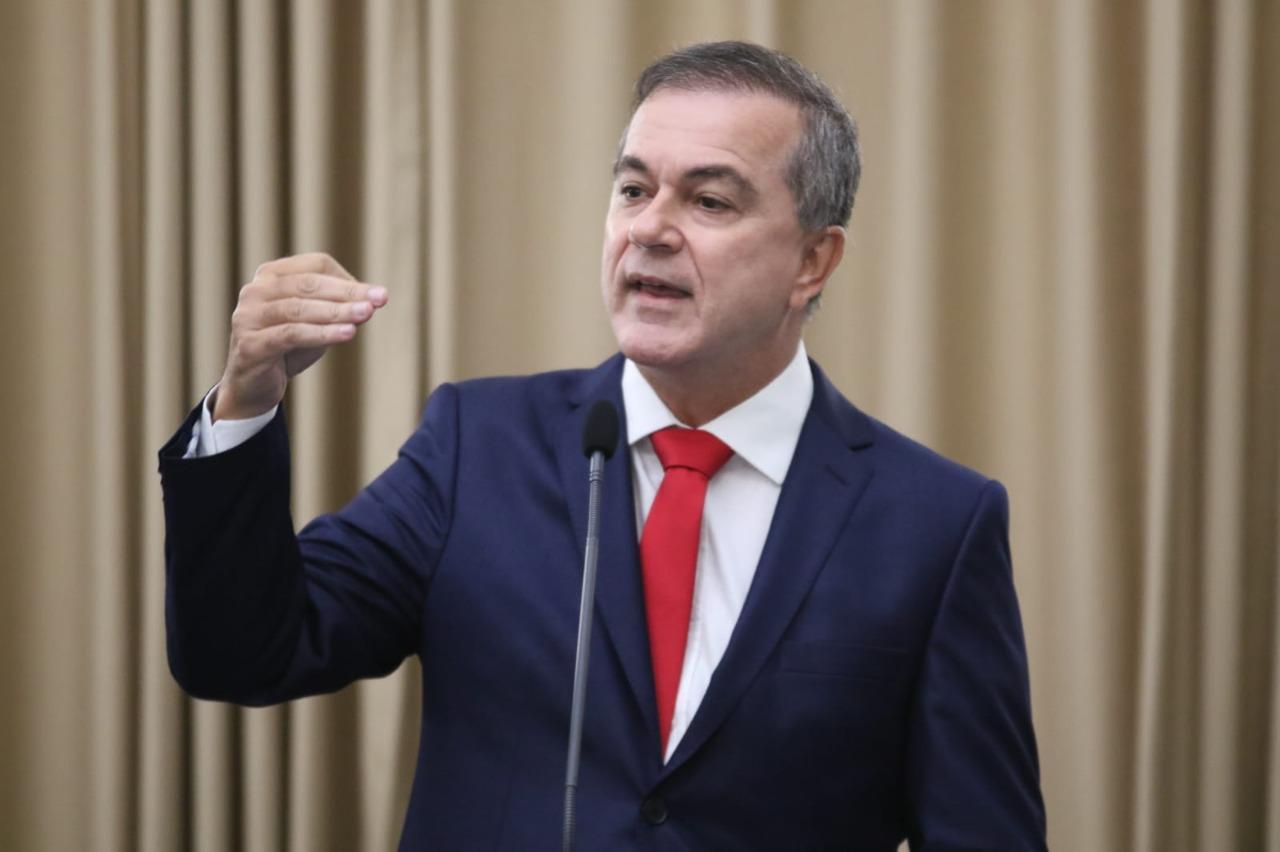 """""""Presidente é especialista em matar"""", afirma deputado Ronaldo Medeiros na sua volta."""