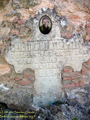pedro-izquierdo-moya-cementerio-lapida-cruz