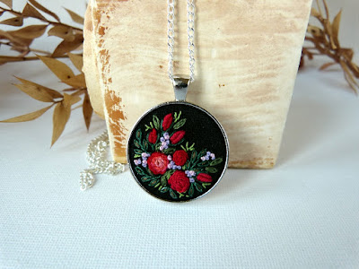 medalion z haftem, haftowany naszyjnik, wyszywane róże, ścieg torsadowy, haft rococo,