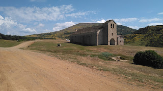 Ermita, refugio y fuente de Santa Orosia. Al fondo Oturia