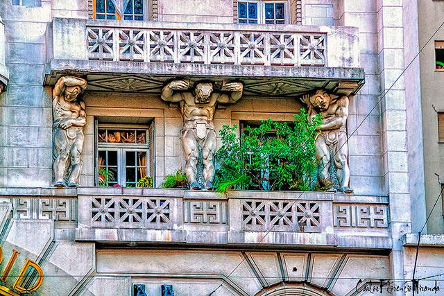 Balcon sostenido por tres esculturas de hombres musculosos