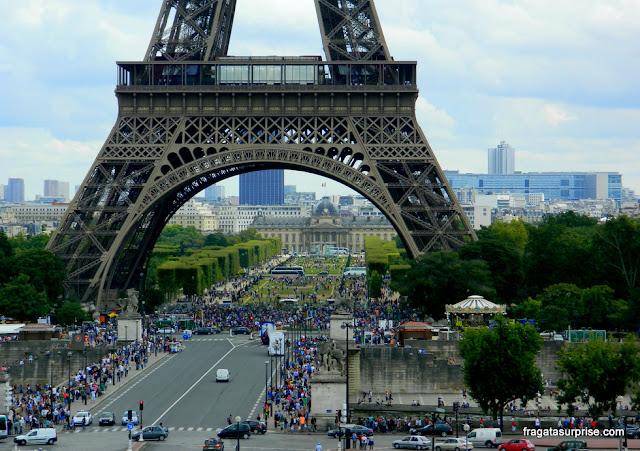Paris em agosto, multidão na Torre Eiffel