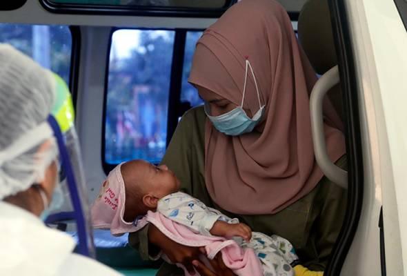 Bulan Terpisah Kerana COVID-19, Ibu Muda Sebak Kali Pertama Dukung Anak