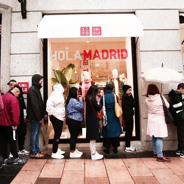 Gente esperando en la puerta de Uniqlo Madrid