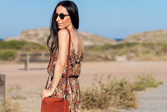 BLogger influencer de moda de Valencia con ropa de playa moda baño