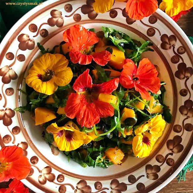Jesienna sałatka z jadalnymi kwiatami