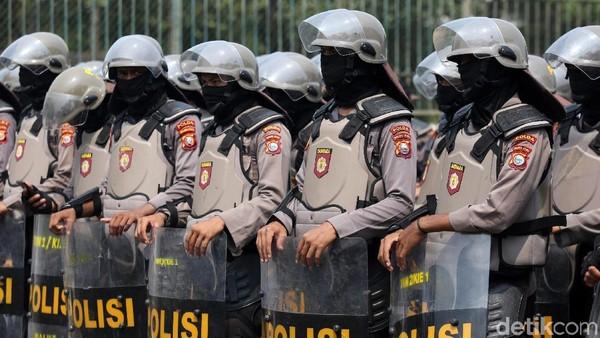 Polri: 71 Polisi Terluka-7 Polsek Rusak Imbas Ricuh Demo Omnibus Law di RI