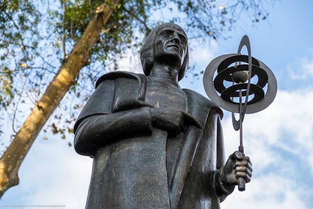 Estátua de Nicolau Copérnico no Bosque João Paulo II - detalhe