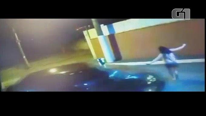 Mulher é atropelada e prensada no muro pelo companheiro durante briga; veja vídeo