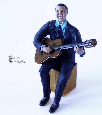 Figura modelada a mano en arcilla de secado al aire del cantante Carlos Gardel