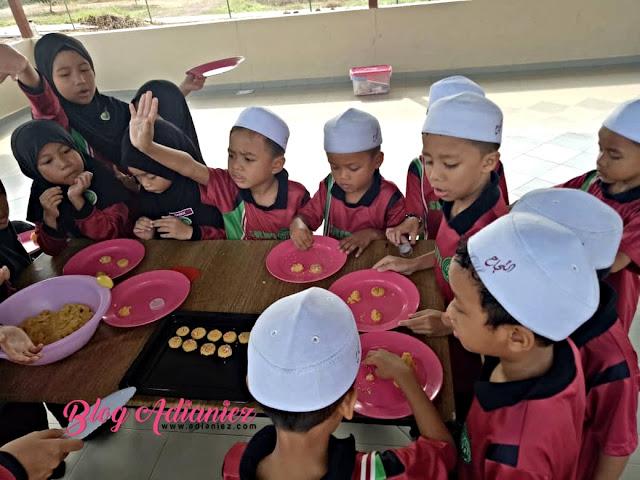 Murid Darjah 1 Belajar Topik Pecahan | Izzat Buat & Bakar Biskut Pecahan