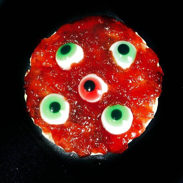 tarta cubierta de mermelada que parece sangre y ojos de gominola