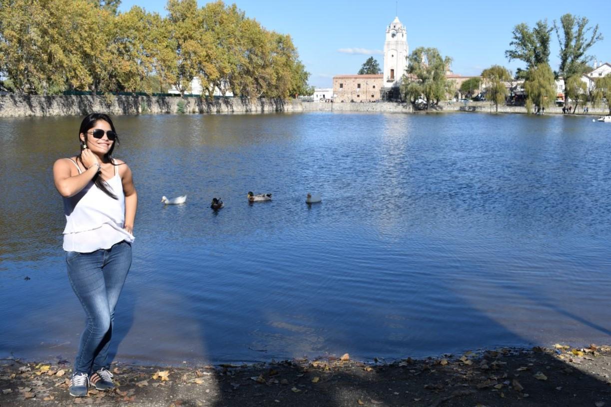 dique desativado que parece um lago e possui uma igreja jesuíta no fundo da paisagem