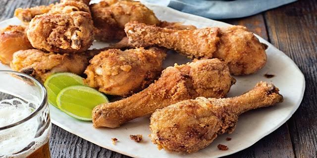Viral Pria Angkat Ayam Goreng dari Minyak Panas dengan Tangan, Netizen: Campur Daki