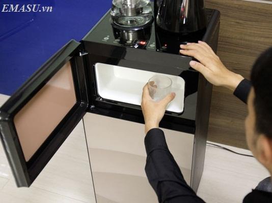 Cây nước nóng lạnh FujiE WD1170C thiết kế ngăn để cốc, bình nước ở phía dưới, giúp cho người sử dụng dễ dàng