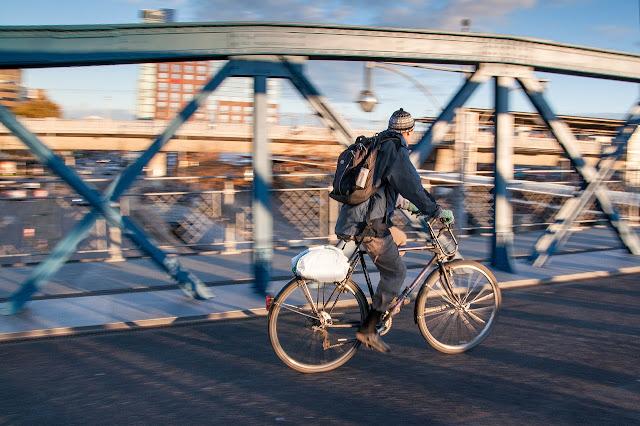 Ciclista em uso de bicicleta diário