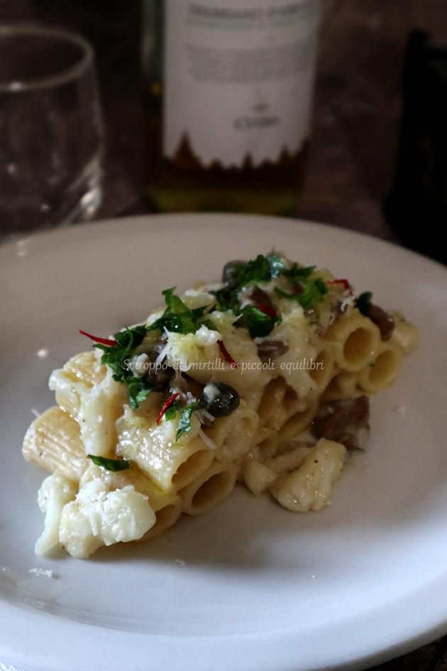 Mezzi rigatoni con cavolfiori, olive e capperi