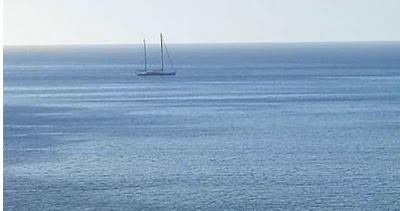 بالصور: يخت الملك يبحر في ساحل سبتة مرفوقا بفرقاطات عسكرية