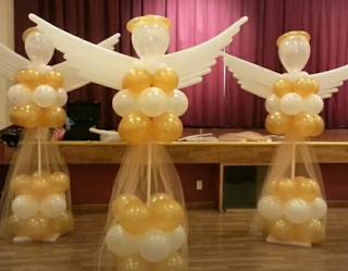 Große Engelsfiguren aus Luftballons als Ballondekoration.