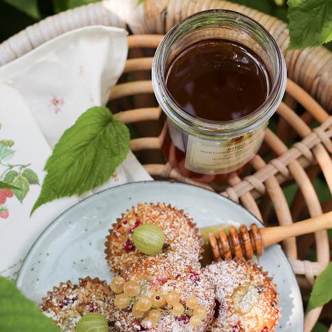 Miodowe muffiny z porzeczkami, agrestem i kokosem