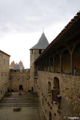 Uno dei cortili interni al Chateau Comtal