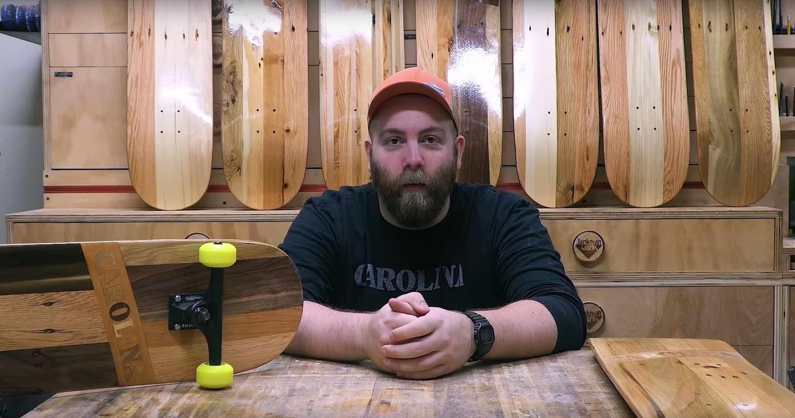 Skateboard Decks aus Palettenholzfurnier hergestellt. Paul Jackman zeigt wie er es macht in einem Video.