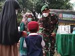 Sebar Ribuan Nasi Kotak dan Masker ke Masyarakat, Ini Harapan Resimen Armed 1/1 Kostrad