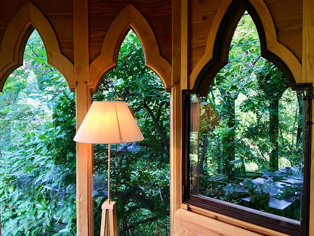 salle du petit déjeuner au chateau de riell qui donne sur la nature