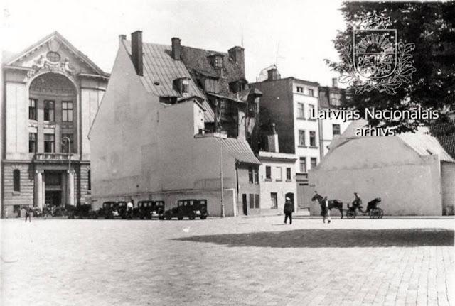 1936 год. Рига. Вид на дом Доннера на улице Шкюню, 26 (не сохранился). Слева от него Рижский коммерческий банк (с 1949 года Латвийское радио) на Домской площади, 8