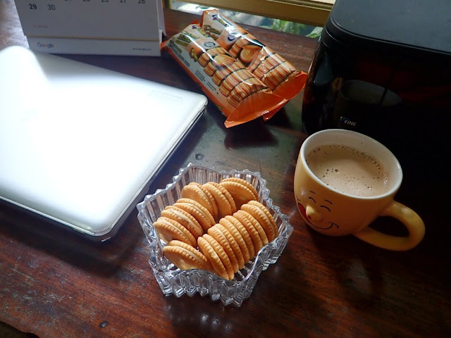 Menjadi Blogger Produktif, Me Time, dan BuahTangan Penuh Cinta Dari Julie's Peanut Butter Sandwich. Membagi waktu agar tetap menjadi blogger produktif dan tetap bisa me time bersama Julie's Peanut Butter Sandwich