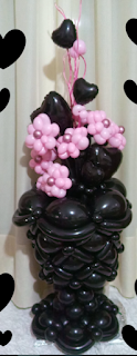Schwarze Blumenvase als Ballonmodellage mit Ballon-Blumenstrauß.