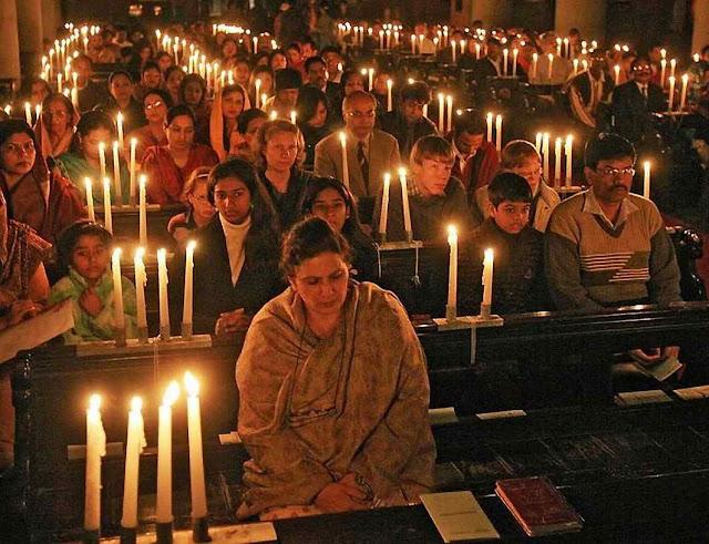 Católicos paquistaneses na catedral de Lahore.