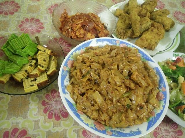Idea menu berbuka puasa dengan kuewtiaw goreng, ayam goreng tepung, sambal ikan bilis