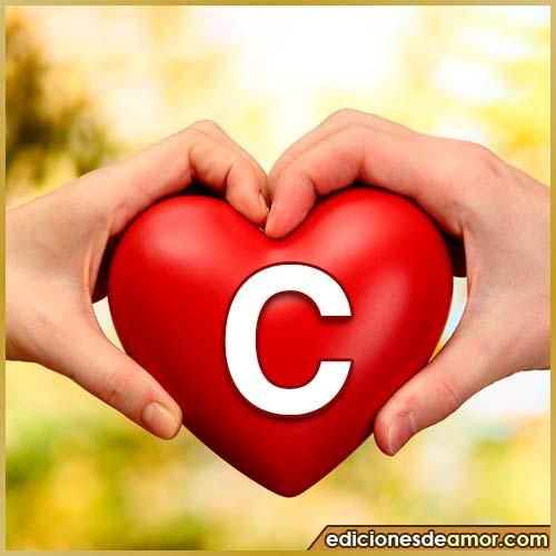 corazón entre manos con letra C