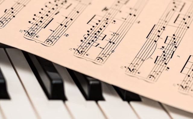 Your knowledge of key signatures, scales and arpeggios (fingerings), and chords is definitely an influence on your ability to sight read keyboard music. So you should practice the scale and the arpeggio in the key of the piece you are going to sight read.