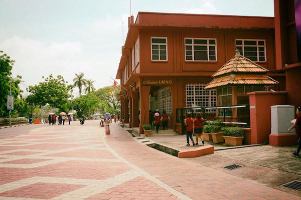 赤茶色で統一された建物が続くオランダ広場近辺