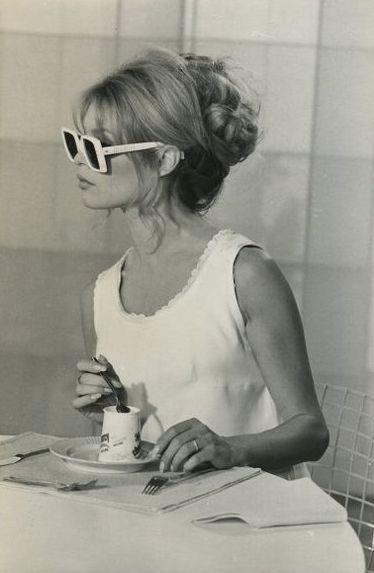 Brigitte Bardot con vestido blanco, gafas de sol y tomando té
