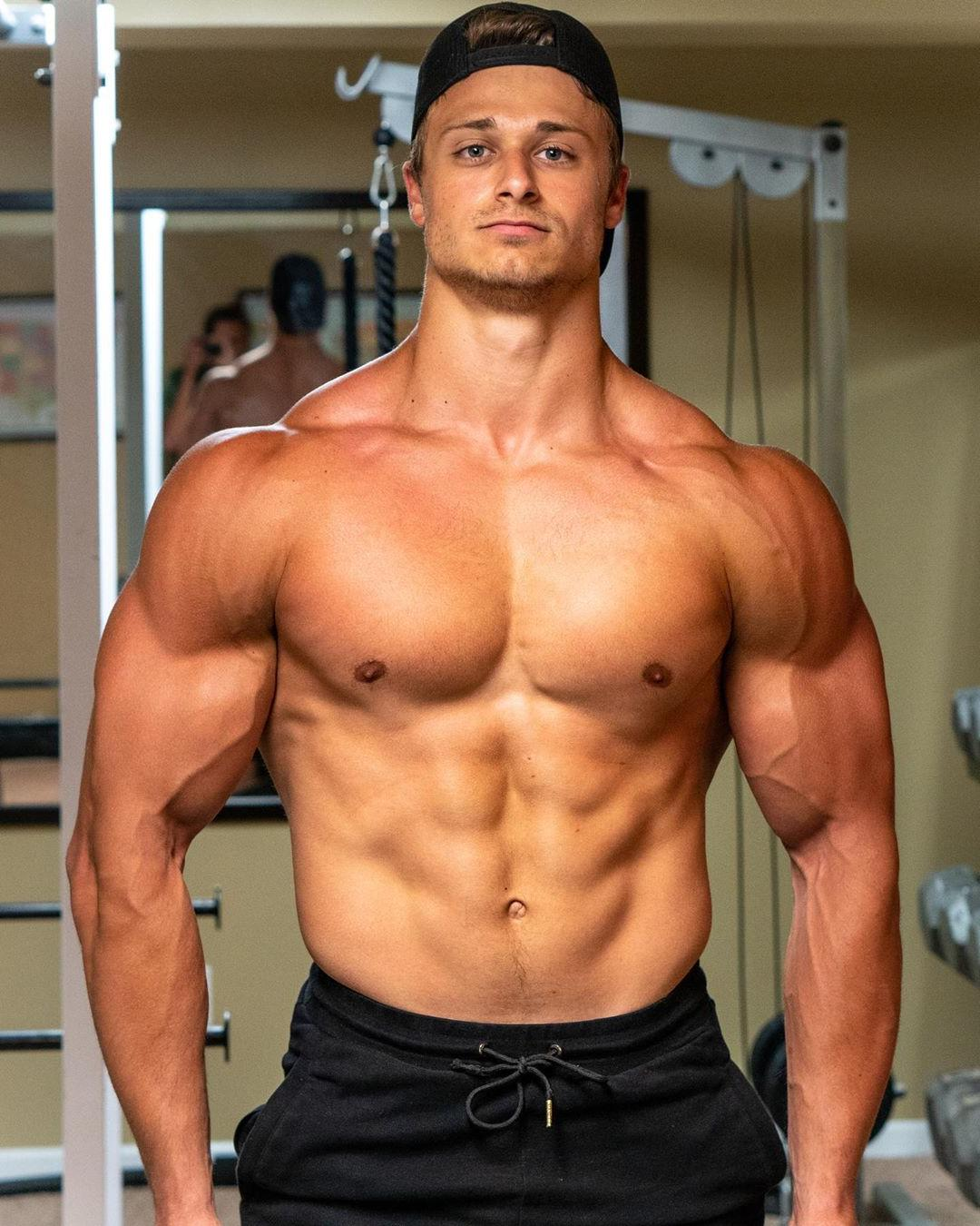 sexy-young-college-bros-shirtless-fit-tanned-dudes-veiny-biceps
